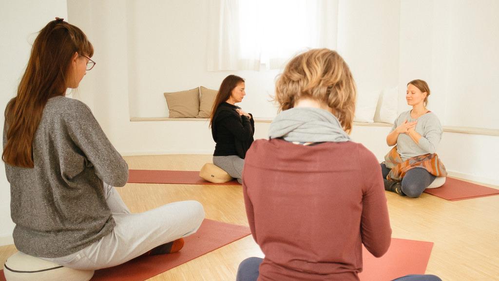 Fühl dich wohl in der freundlichen und offen Atmosphäre meines Yoga-Raums in Köln-Ehrenfeld.